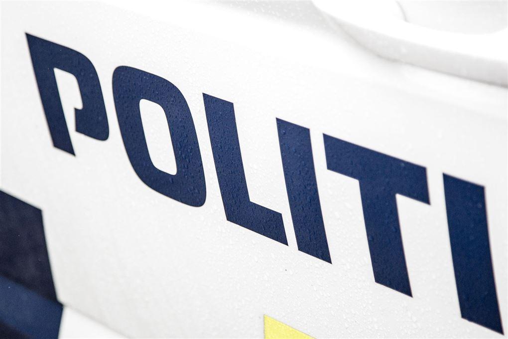 "Siden på en politibil med påkskriften ""POLITI"""