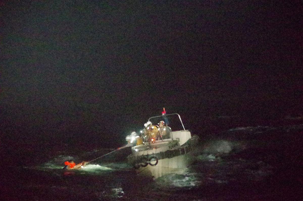 En redningsaktion i japansk farvand hvor et besætningsmedlem reddes op i et redningsfartøj