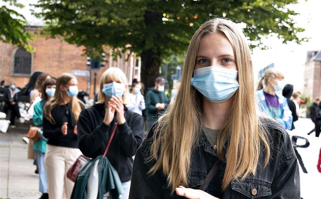Unge mennesker iført mundbind