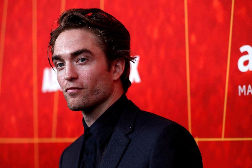 Skuespilleren Robert Pattinson foran et rødt bagklæde