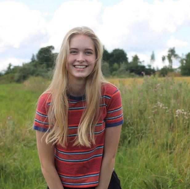 En smilende ung kvinde i t-shirt