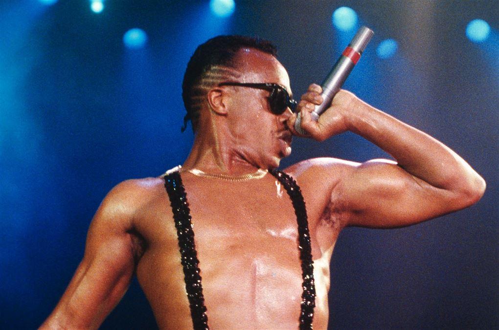 En rapper med solbriller og mikrofon