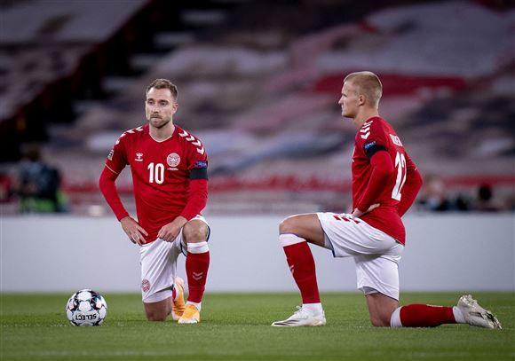 Landsholdet knæler på banen inden kampen