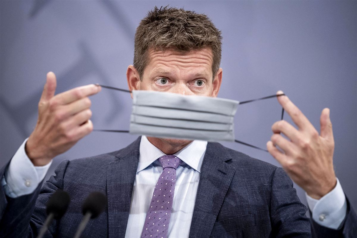 Direktør i Sundhedsstyrelsen Søren Brostrøm holder et mundbind op foran ansigtet