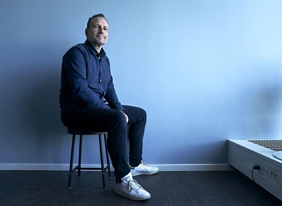 Billede af Martin Thorborg i blå skjorte på en stol