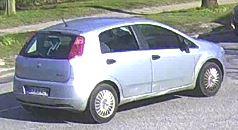 Lysegrå Fiat Punto set fra siden
