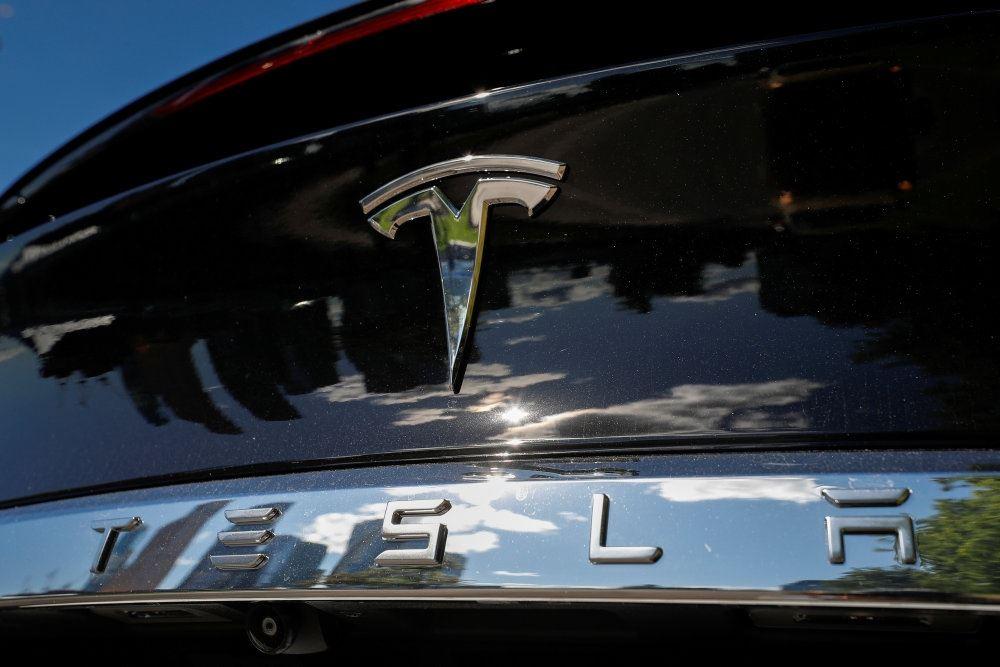 Tesla logo på køler