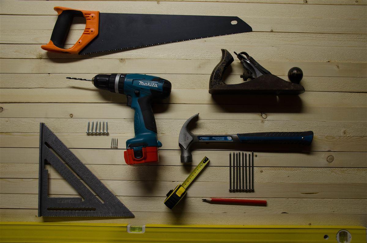 En del værktøj såsom sav, høvl, boremaskine, hammer etc. lagt sirligt i orden på et bord
