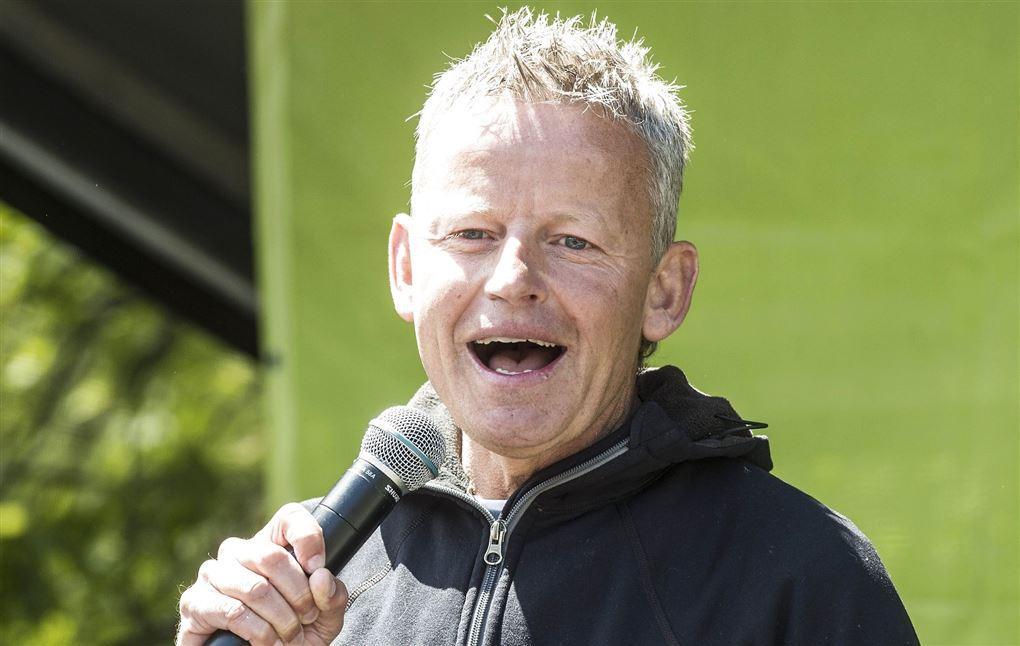 Billede af Bubber med en microfon i hånden