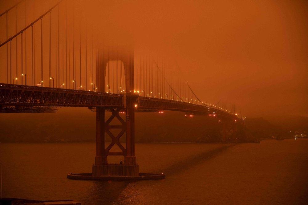 Golden Gate-broen i et mørkt orange skær