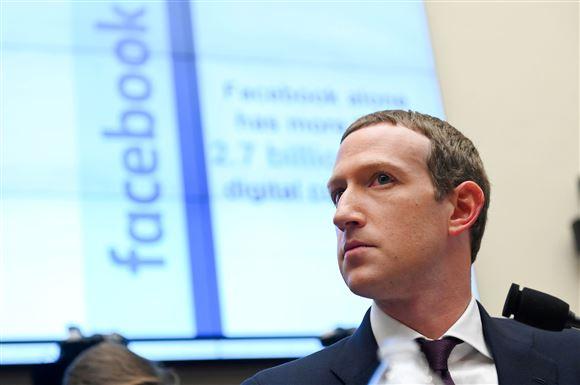 Billede af Mark Zuckerberg foran et lærred med facebook på