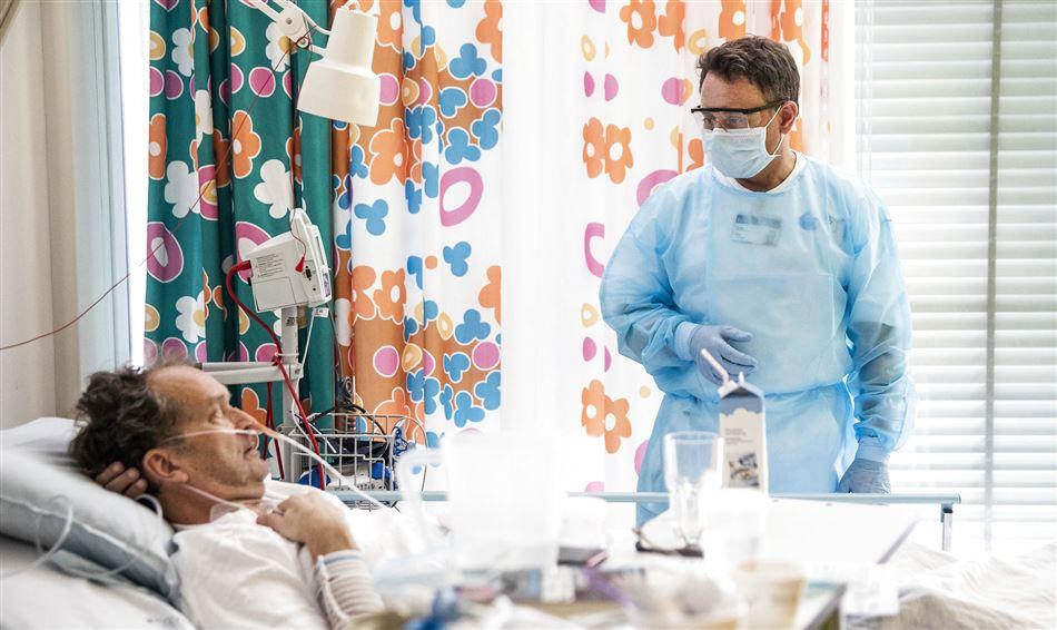 Patient indlagt med covid-19 tilses af læge