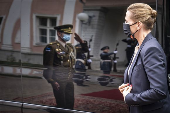 Mette Frederiksen ankommer til Estland