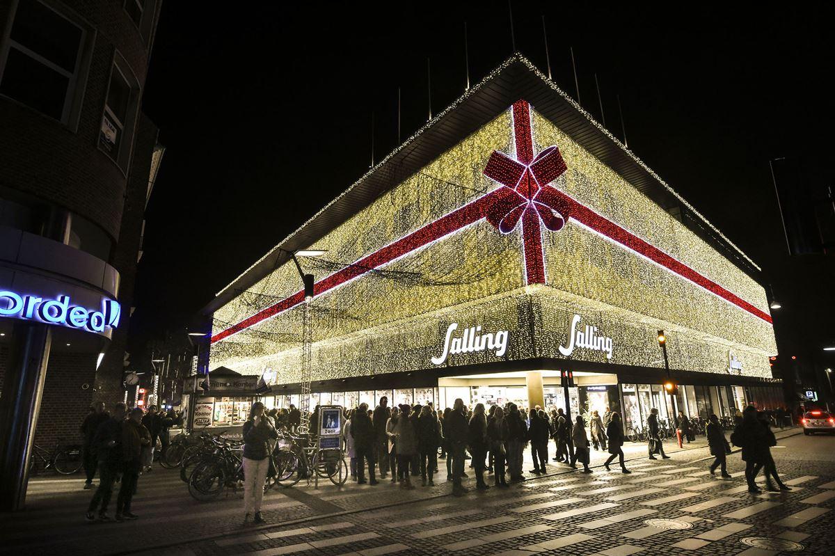 Sallings facade oplyst af julelys