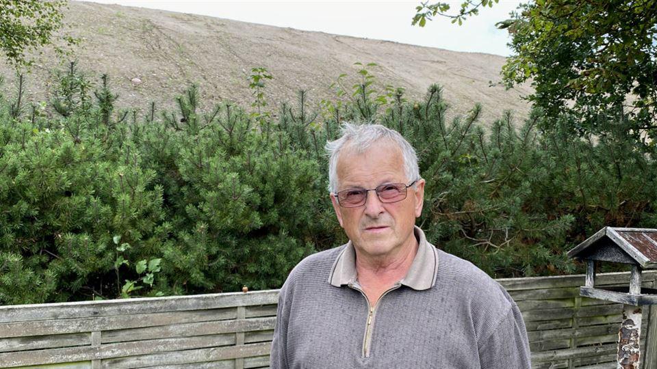 Finn Pedersen i haven og med jordvolden i baggrunden