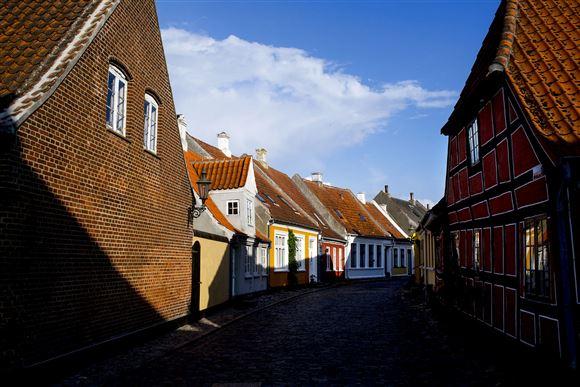 Små byhuse ligger i solen