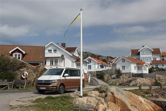 En autocamper i Sverige med det svenske flag på en flagstang