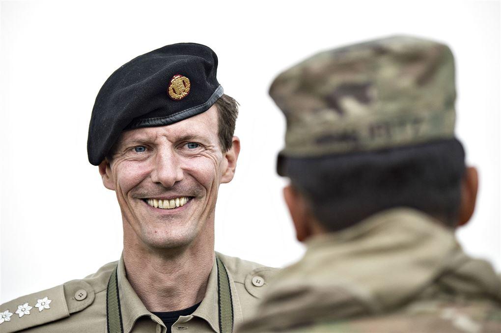 Prins Joachim med militærhue og militærskjorte han smiler