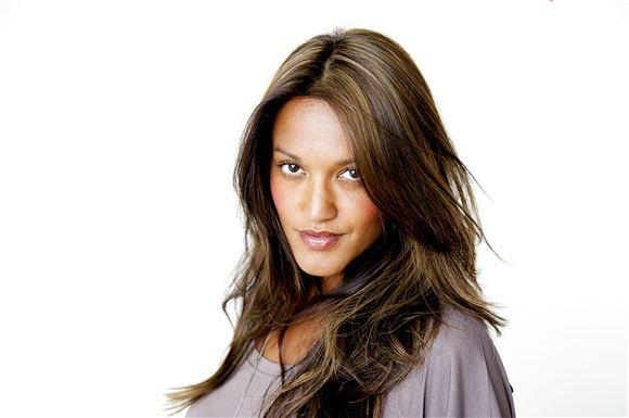 Nærbillede af Saszeline med udslået mørkt hår og et alvorligt blik