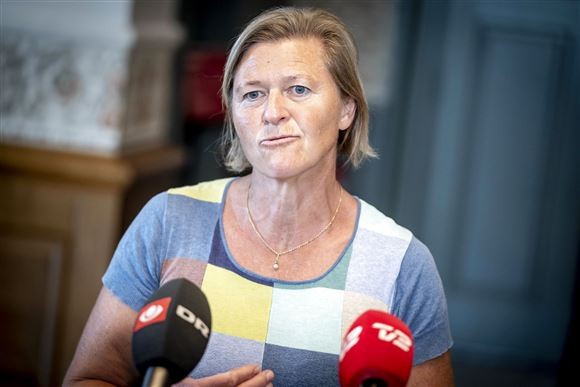 Alternativets leder Josephine Fock foran to mikrofoner fra DR og TV2