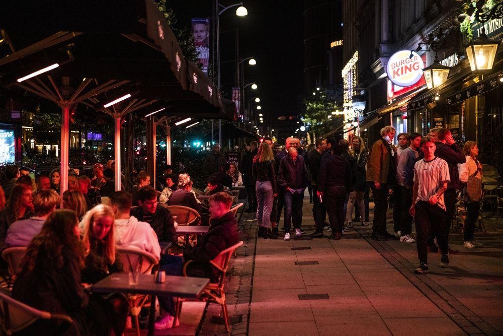 gågade med mennesker på gaden og på cafeer