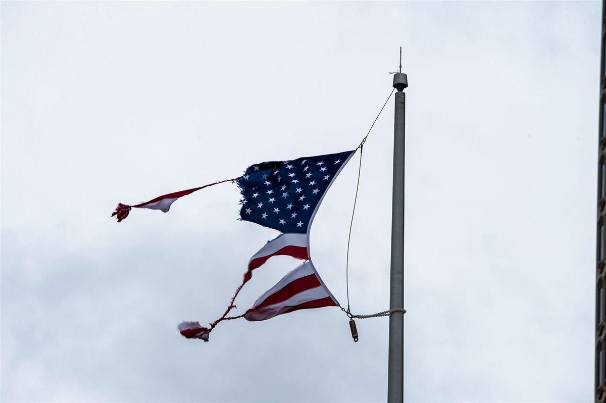 Et iturevet amerikansk flag