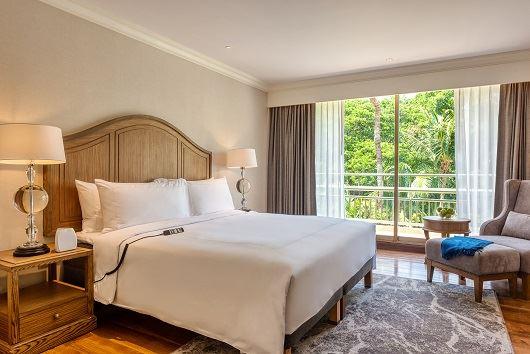 Et hotelværelse med en dobbeltseng