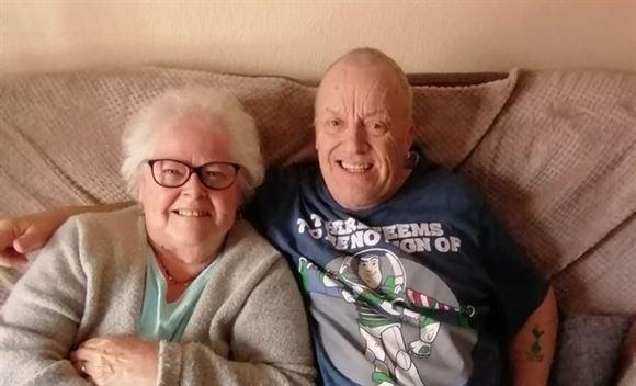 Engelsk ægtepar sidder i sofaen