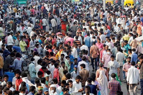 En masse indiske mennesker stimlet sammen