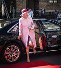Prinsesse Benedikte i pink frakke og hat stiger ud af en Audi A8