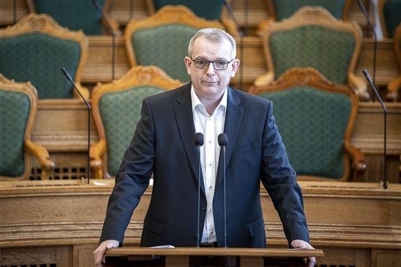 Hans Kristian Skibby på talerstolen i Folketinget
