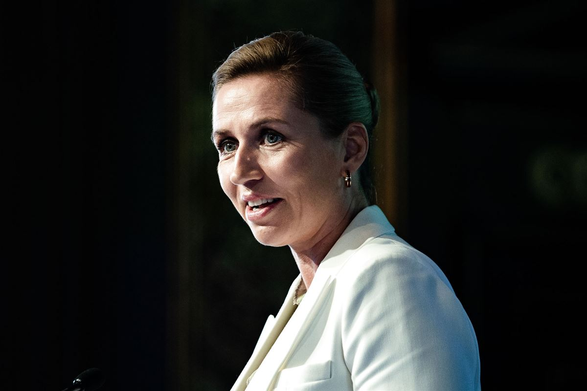 Mette Frederiksen i profil på mørk baggrund