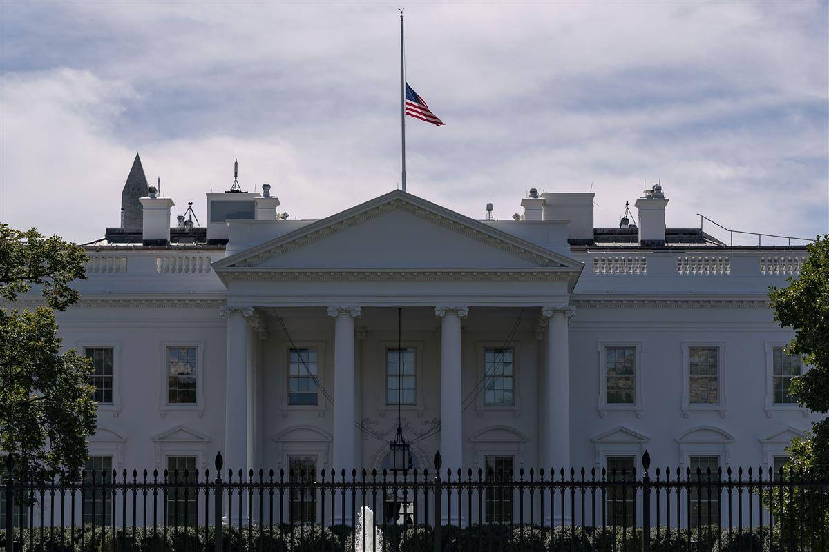 Flag på halvt ved Det Hvide Hus