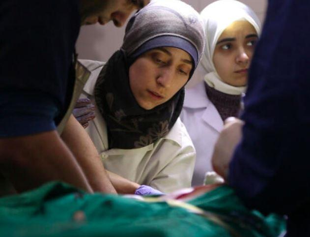 En kvinde med tørklæde opererer på et hospital