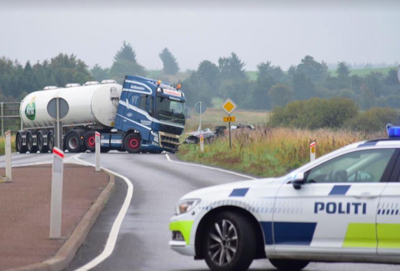 En Arla-tankvogn er kørt ind i en bil.