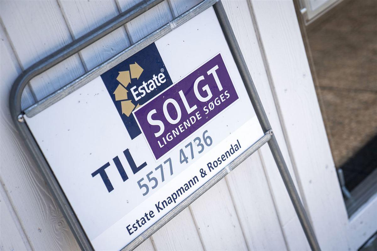 Til salg-skilt på hus