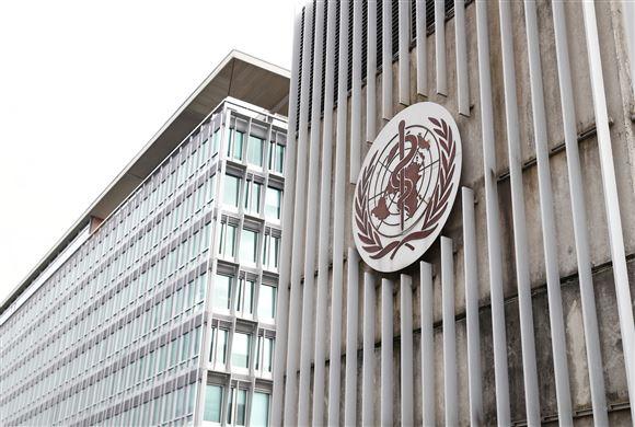 WHO's logo ses på organisationens hovedkvarter i Geneve.