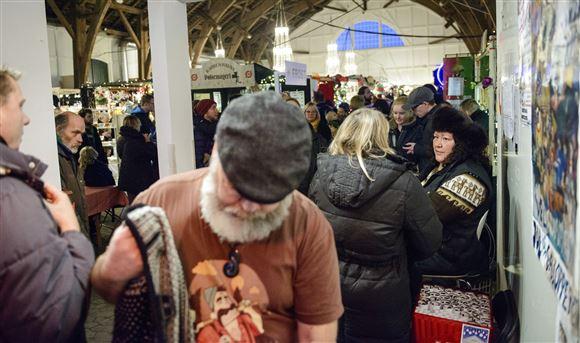 folk står som sild i en tønde ved julemarkedet på christiania
