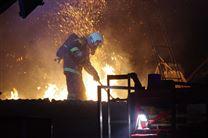 Brandmand går på den brændende bygning