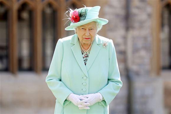 Et billede af en mellemfornøjet dronning Elizabeth