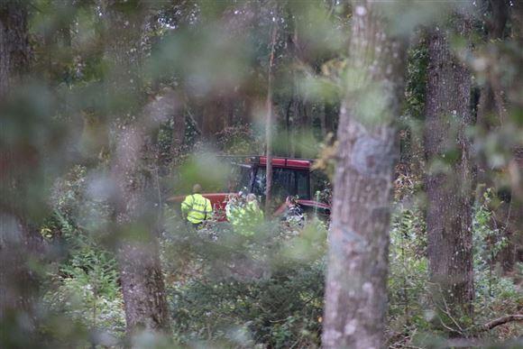 afdødes traktor ses inde i skove