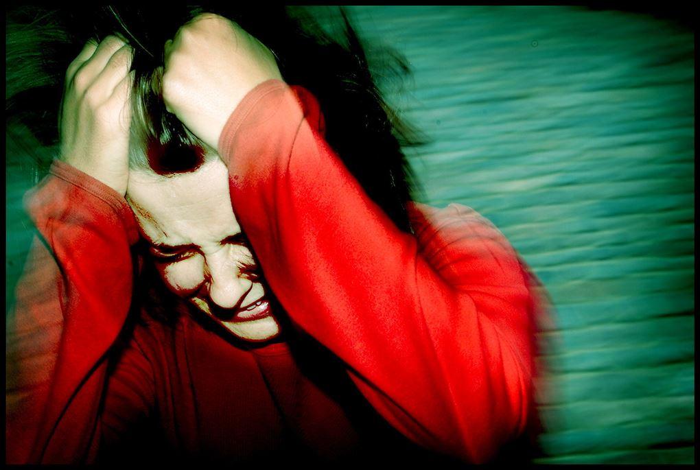Kvinde tager sig til håret i desperation