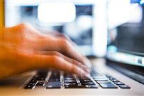 hånd tater på tastatur