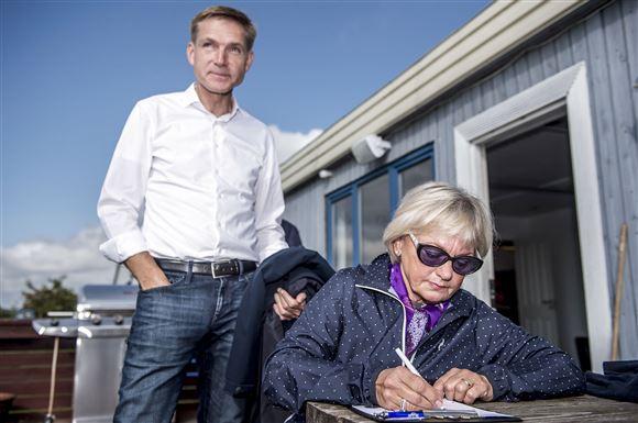 Kristian Thulesen Dahl ser på mens Pia Kjærsgaard sidder og skriver
