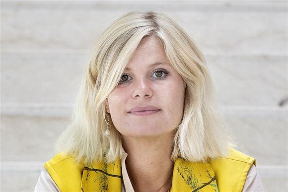 tv-værten Sofie Linde i gul trøje