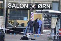 politi foran frisørsalonen
