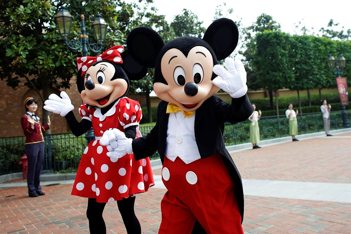 Billede af Mickey og Minnie Mouse i Disneyland, som vinker