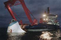 Estonia mens det sank. En lille stump af den store færge stikker op af havoverfladen mens et andet skib forgæves forsøger at hjælpe.