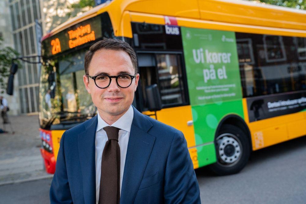 Borgmester Simon Aggesen ses i baggrunden er en gul HT bus