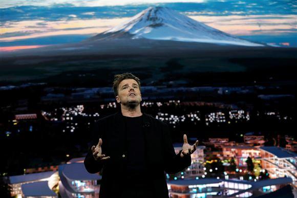 Bjarke Ingels holder oplæg med Mount Fuji i baggrunden